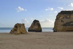 Rochas em uma praia Fotos de Stock