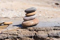 Rochas empilhadas encontradas na praia Fotos de Stock