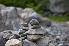 Rochas empilhadas pelo lago Imagens de Stock