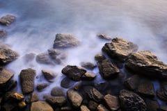 Rochas enevoadas em um amanhecer Foto de Stock Royalty Free