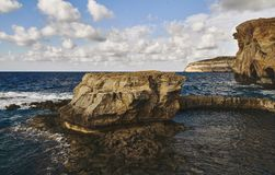 Rochas entre o mar bonito fotografia de stock royalty free