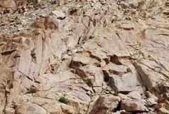 Rochas frágeis e altamente fraturadas do granito foto de stock