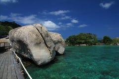Rochas gigantes na água do mar Fotos de Stock