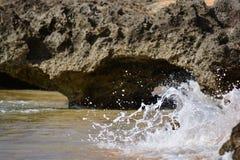 Rochas interessantes com as ondas em Havaí Foto de Stock Royalty Free