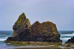 Rochas Intertidal da costa de Oregon em um dia nublado foto de stock royalty free