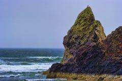 Rochas Intertidal da costa de Oregon em um dia nublado imagens de stock