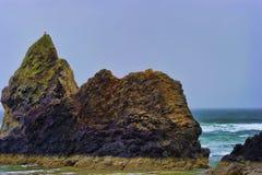 Rochas Intertidal da costa de Oregon reveladas na maré baixa foto de stock