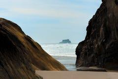 Rochas Intertidal da praia do Arcadia imagens de stock royalty free