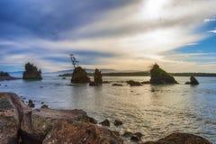 Rochas Intertidal na baía de Tillamook foto de stock
