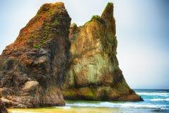 Rochas Intertidal na costa de Oregon da praia do Arcadia fotos de stock royalty free