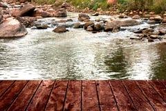 Rochas laterais da rocha da água do rio e da ponte Foto de Stock Royalty Free