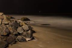 Rochas litorais do oceano com céu noturno fotos de stock royalty free