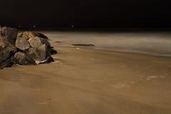 Rochas litorais do oceano com céu noturno foto de stock