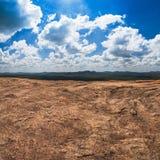 Rochas maciças e vista no céu nebuloso azul e na floresta verde Fotografia de Stock