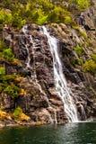 Rochas, mar e o córrego rápido da cachoeira Fotos de Stock