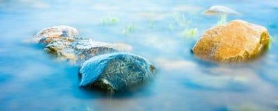 Rochas molhadas no litoral, tiro longo do obturador Imagens de Stock