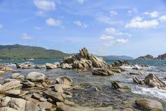 Rochas na água do mar Fotografia de Stock
