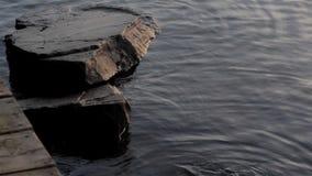 Rochas na água pela doca vídeos de arquivo