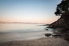 Rochas na areia no Rias Baixas, Galiza Fotos de Stock Royalty Free