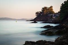 Rochas na areia no Rias Baixas, Galiza Fotografia de Stock