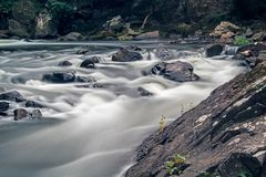 Rochas na corredeira no rio de Yamaska em Granby, Quebeque fotos de stock