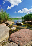 Rochas na costa do lago. Imagens de Stock