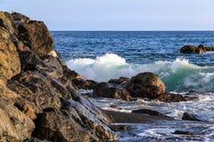 Rochas na costa do oceano no por do sol Imagens de Stock Royalty Free