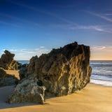 Rochas na praia de Barrosa do La em Cadiz imagem de stock