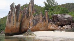 Rochas na praia Ilha de Curieuse, Seychelles video estoque