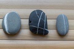 Rochas na tabela de madeira seixos Cultura asiática, tradições Fotografia de Stock