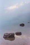 Rochas no lago nevoento avalanche fotos de stock