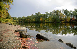 Rochas no lakeshore Fotos de Stock