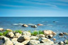 Rochas no litoral sob a luz solar da manhã Imagens de Stock