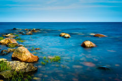 Rochas no litoral sob a luz solar da manhã Imagem de Stock Royalty Free