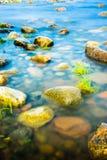 Rochas no litoral sob a luz solar da manhã Imagens de Stock Royalty Free