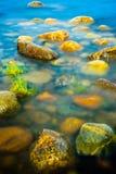 Rochas no litoral sob a luz solar da manhã Foto de Stock Royalty Free