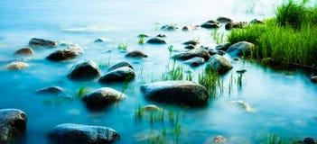 Rochas no litoral, tiro longo do obturador Imagem de Stock