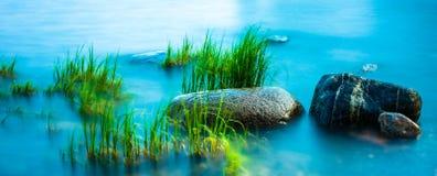 Rochas no litoral, tiro longo do obturador Fotos de Stock Royalty Free