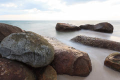 Rochas no mar Fotos de Stock Royalty Free