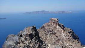 Rochas no mar em Santorini, Grécia foto de stock