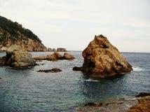 Rochas no mar Mediterrâneo em Tossa de Mar, Costa Brava, Espanha como uma paisagem impressionante Fotografia de Stock