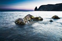 Rochas no mar no por do sol Imagem de Stock Royalty Free
