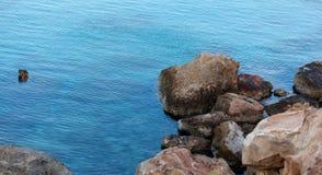 Rochas no mar no por do sol Fotografia de Stock Royalty Free