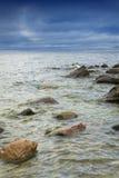 Rochas no mar Paisagem do VERÃO imagens de stock royalty free