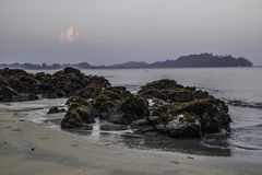 rochas no raso da praia na manhã foto de stock