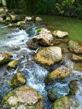 Rochas no rio fotografia de stock royalty free