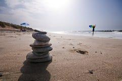 Rochas no seashore com ondas e espuma Fotos de Stock