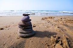 Rochas no seashore com ondas e espuma Imagens de Stock