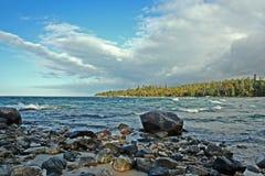 Rochas no superior de lago fotografia de stock
