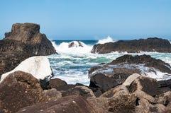 Rochas, ondas e disjuntores, Irlanda do Norte, Reino Unido Imagens de Stock